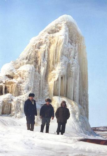 Ледяной «сталагмит» на водоводе